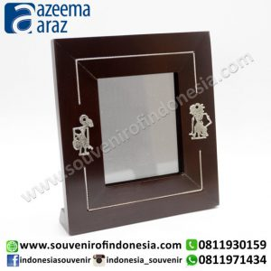 Souvenir Indonesia Bingkai Foto Kayu Wayang Logam Exclusive 3R (Indonesia Wooden Exclusive Souvenir 3R Puppet Photo Frame)