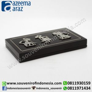 Souvenir Indonesia Kartu Nama Saku Kayu Wayang Logam Perak Exclusive Kotak (Indonesia Wooden Exclusive Souvenir Rectangle Puppet Pocket Name Card Holder)